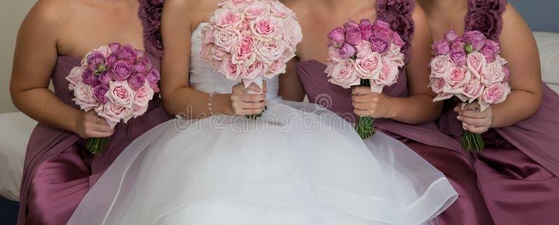 Bruid en Haar Bruidsmeisjepartij vóór het Huwelijk royalty-vrije stock fotografie