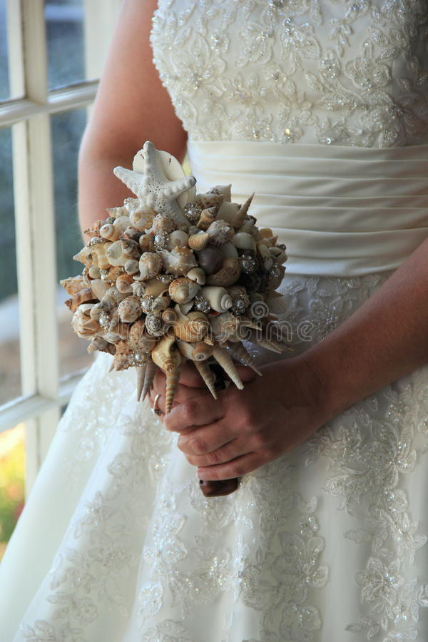 Bruid en haar shell boeket stock afbeeldingen
