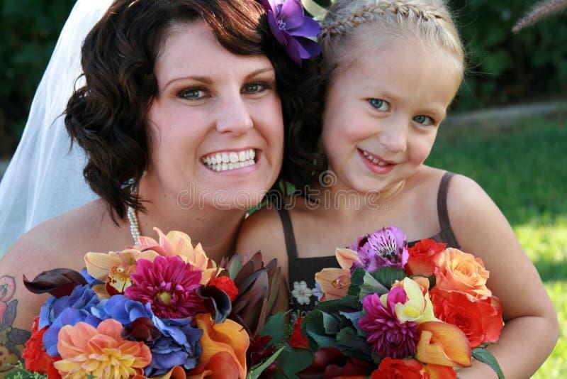 Bruid en het Meisje van de Bloem stock fotografie