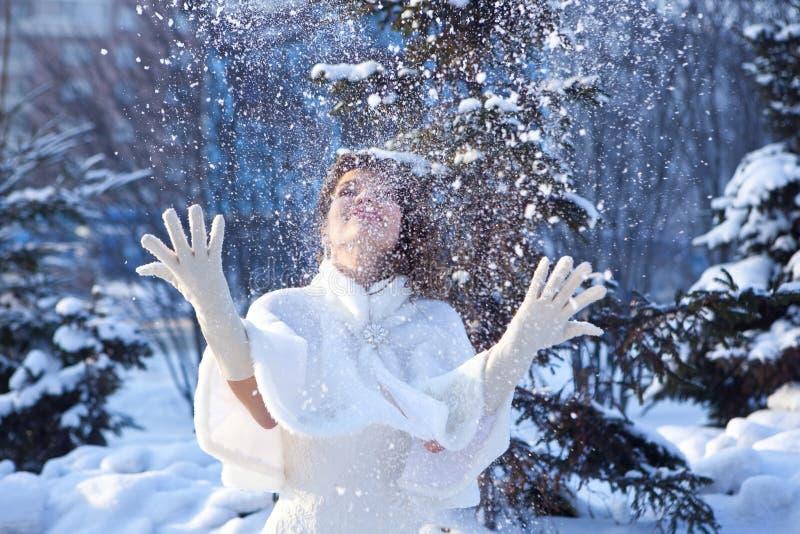 Bruid en sneeuw royalty-vrije stock afbeeldingen
