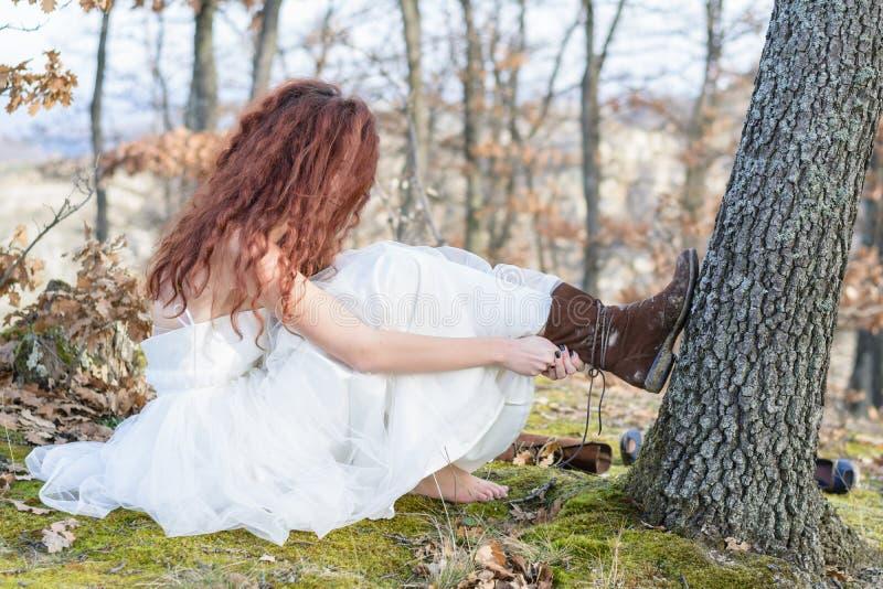 Bruid in het bos stock afbeeldingen