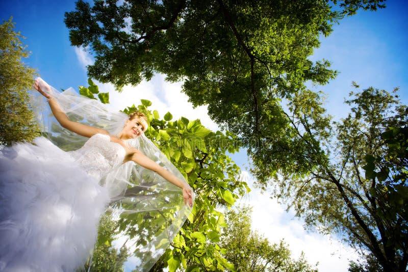 Bruid in het bos royalty-vrije stock afbeeldingen