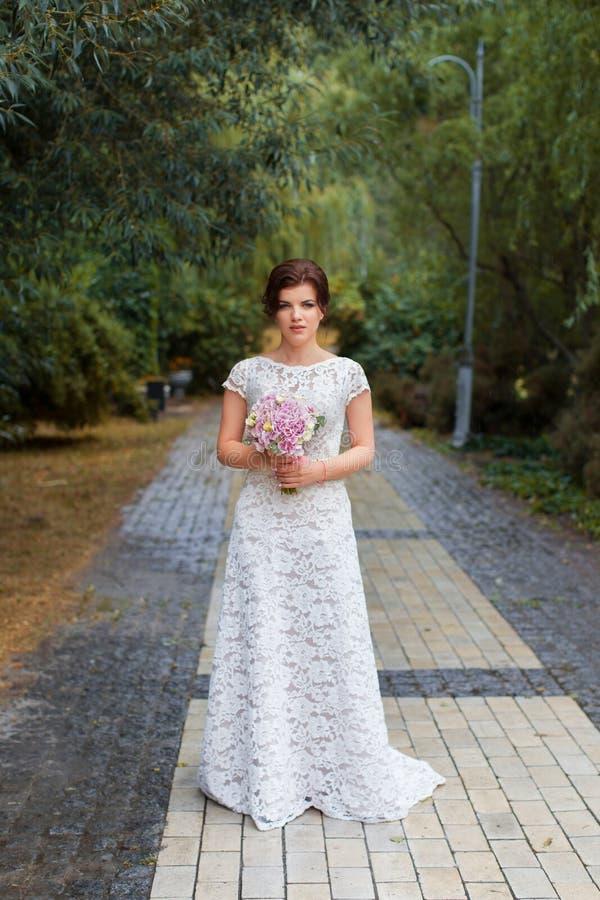 Bruid in het park in de steeg royalty-vrije stock fotografie
