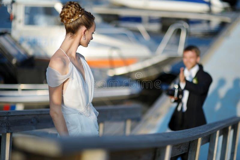 Bruid het stellen voor haar bruidegom royalty-vrije stock foto