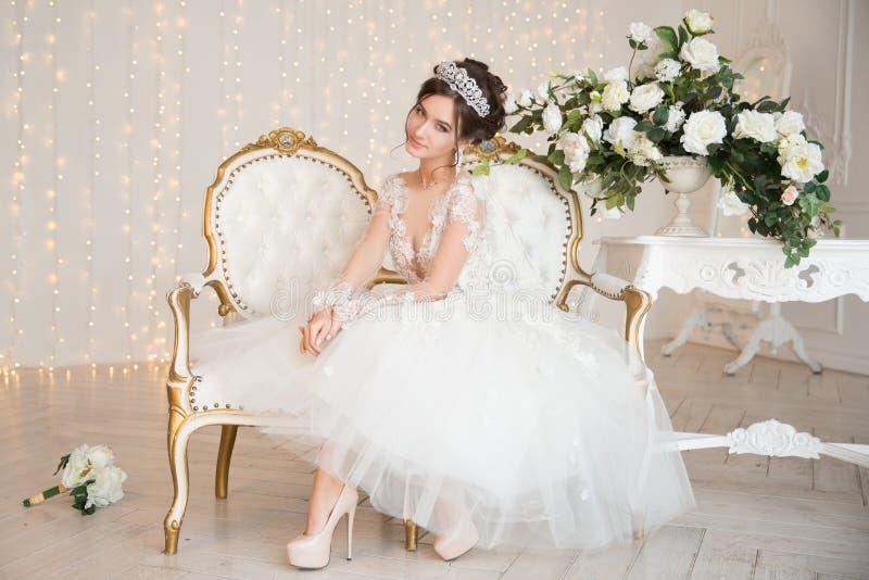 Bruid Huwelijk De bruid in een korte kleding met kant in de kraai royalty-vrije stock afbeeldingen