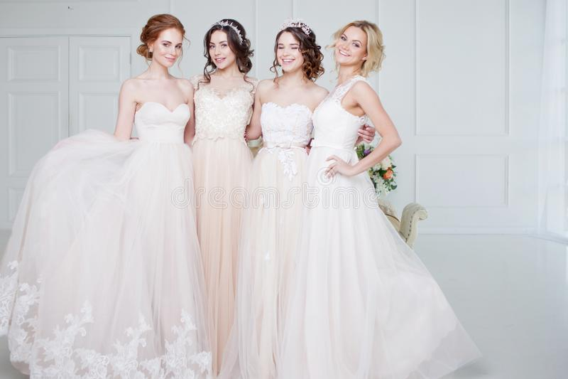 Bruid in huwelijkssalon Is mooi meisje vier in elkaar de wapens van ` s Rug, de rokken van het close-upkant stock foto