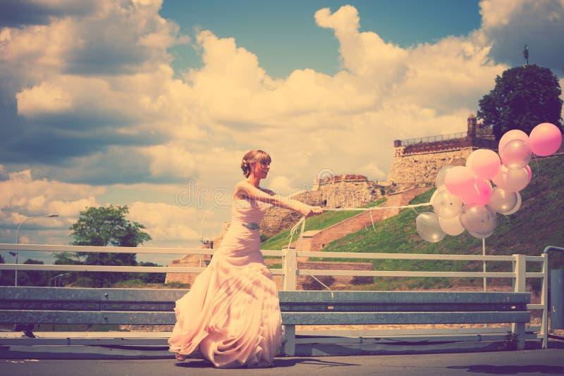 Bruid met ballons royalty-vrije stock foto's