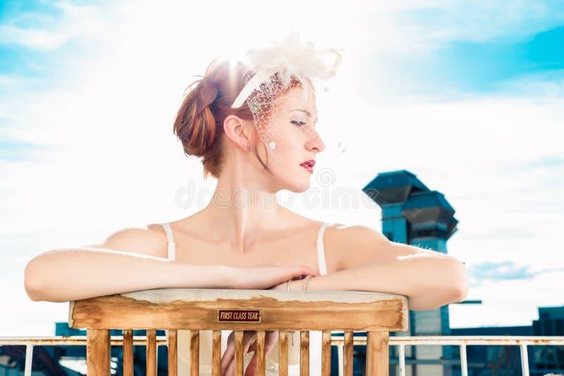 Bruid met bruids lingeriezitting op balkon stock foto's