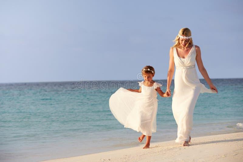 Bruid met Bruidsmeisje bij het Mooie Huwelijk van het Strand royalty-vrije stock foto
