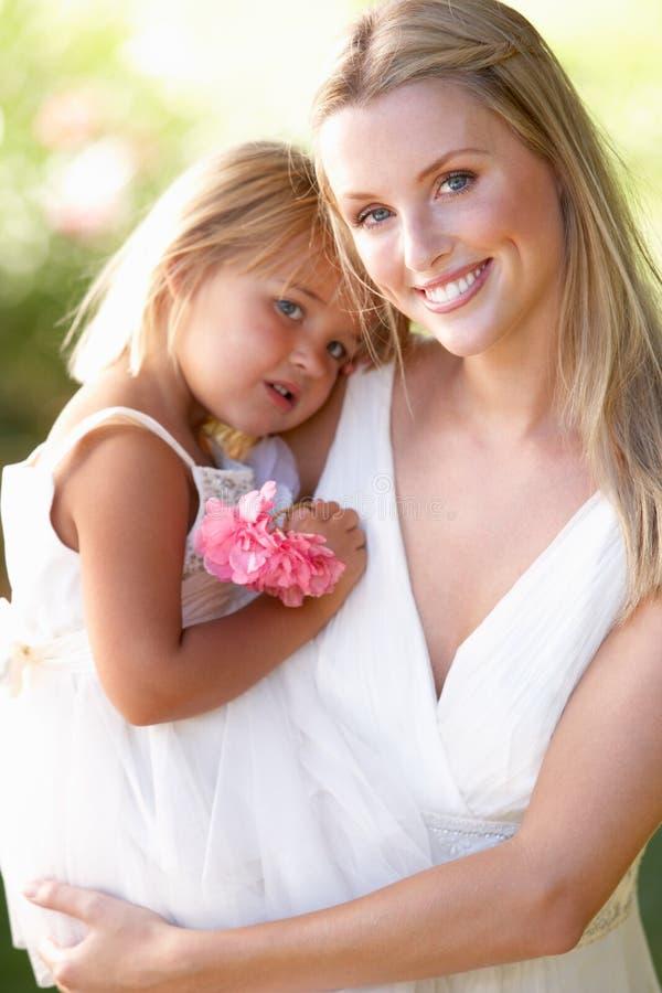 Bruid met Bruidsmeisjes in openlucht bij Huwelijk stock afbeelding