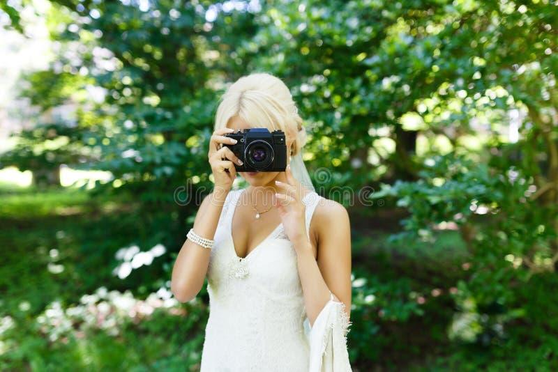 Bruid met camera royalty-vrije stock afbeeldingen