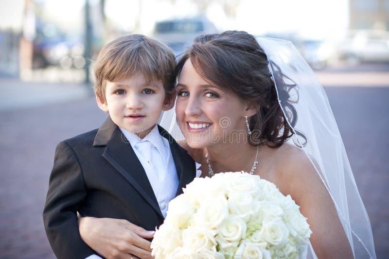 Bruid met de Drager van de Ring stock afbeelding