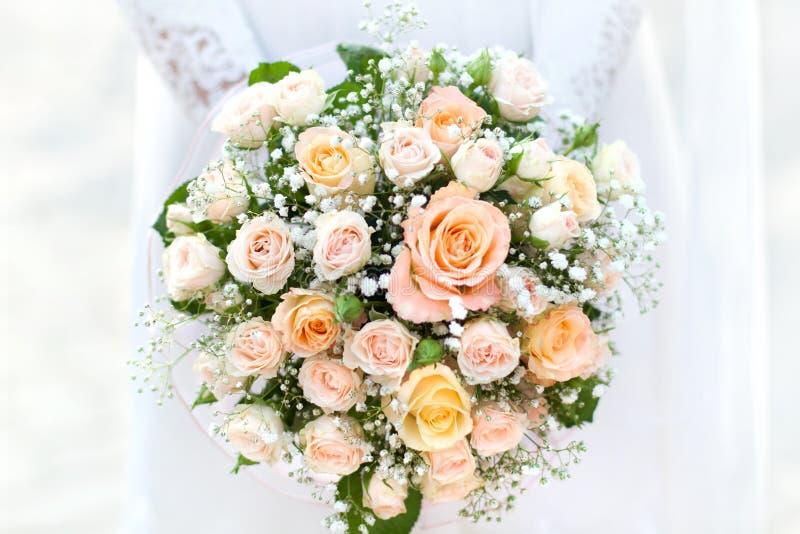 Bruid met een huwelijksboeket stock fotografie