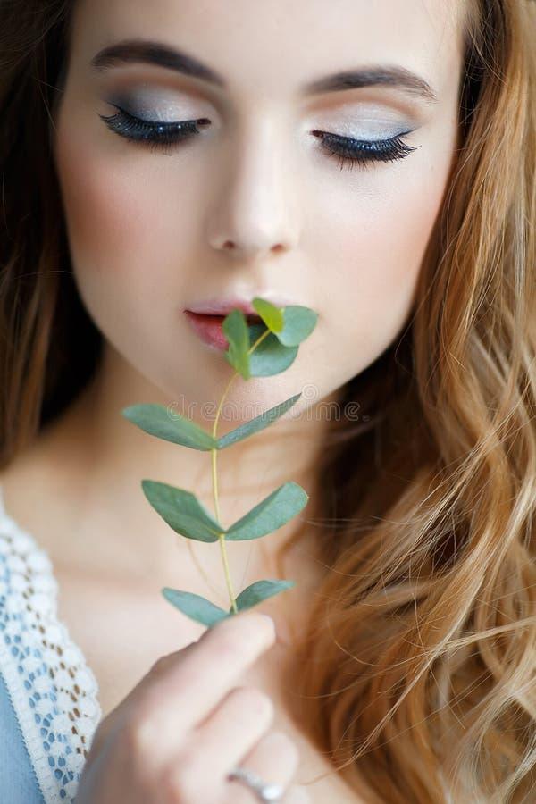 Bruid met eucalyptus in handen stock afbeeldingen