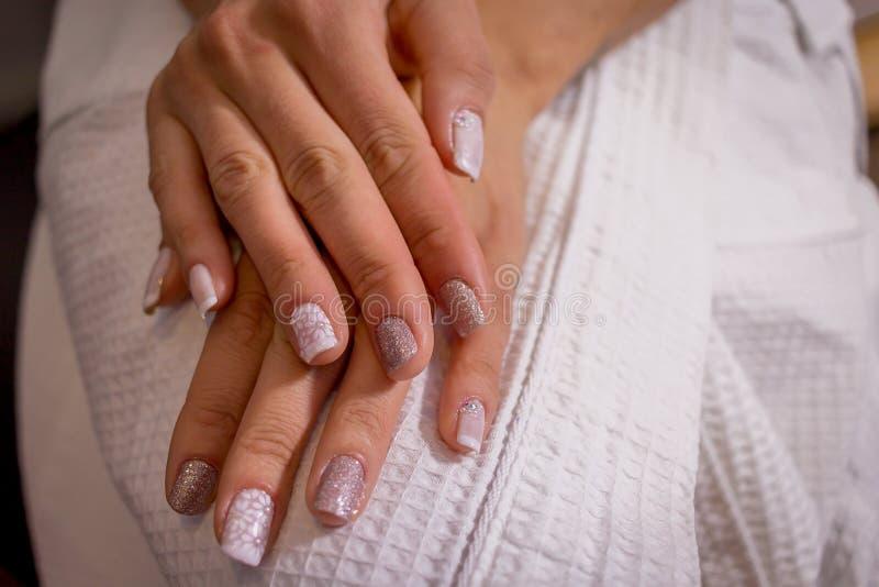 Bruid met handen klaar voor huwelijk stock afbeeldingen