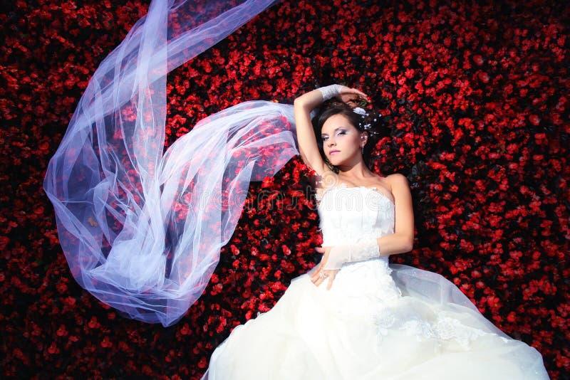 Bruid met heel wat bloemen royalty-vrije stock foto's