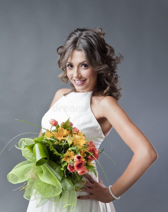 Bruid met het portret van het huwelijksboeket stock afbeeldingen