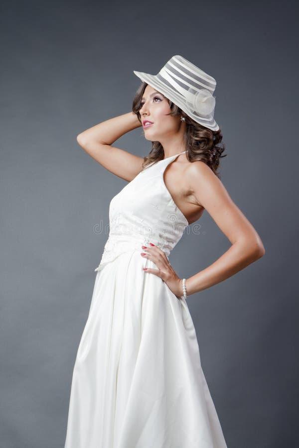 Bruid met hoed het stellen stock afbeelding