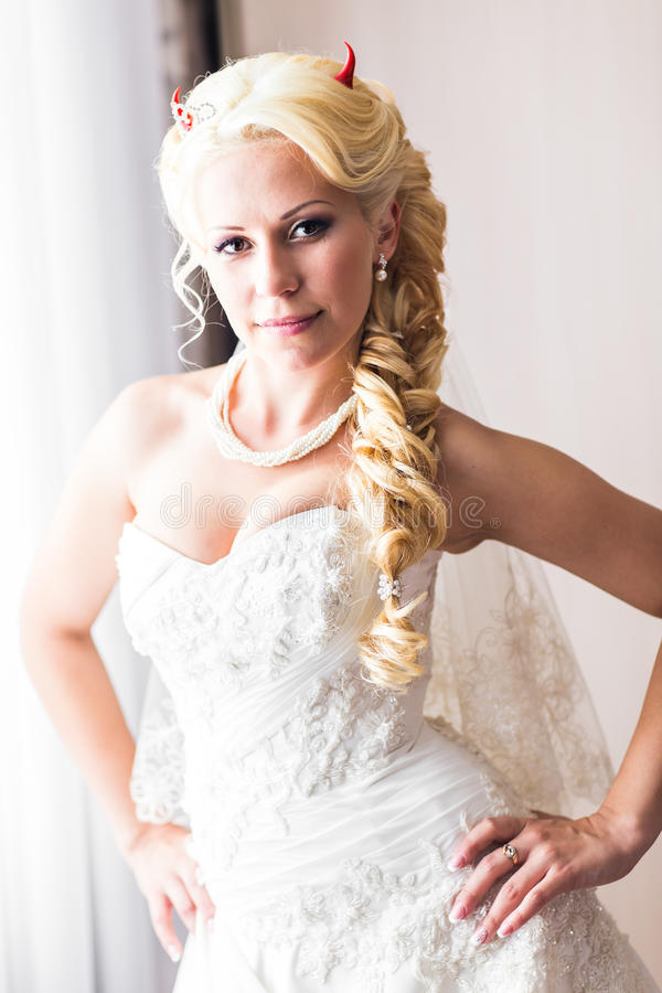 Bruid met hoornen van de duivel voor Halloween royalty-vrije stock fotografie