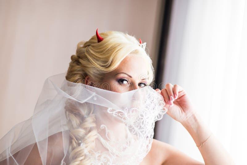 Bruid met hoornen van de duivel voor Halloween stock foto