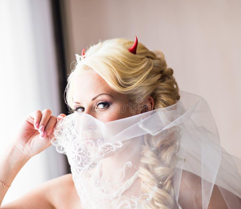 Bruid met hoornen van de duivel voor Halloween royalty-vrije stock foto's