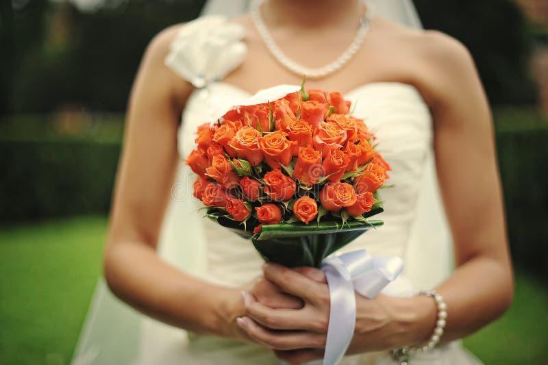 bruid met huwelijksboeket op hand stock foto