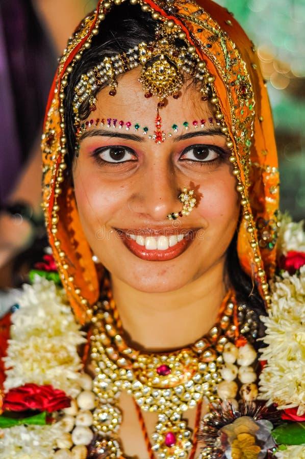 Bruid met juwelen in Rajasthan stock afbeeldingen