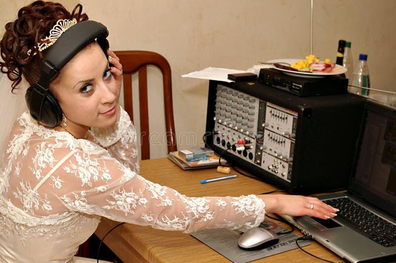 Bruid met mixerconsole stock fotografie