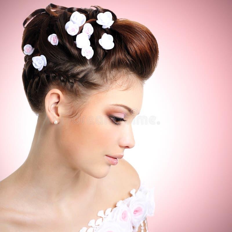 Bruid met schoonheidssamenstelling en kapsel stock foto's