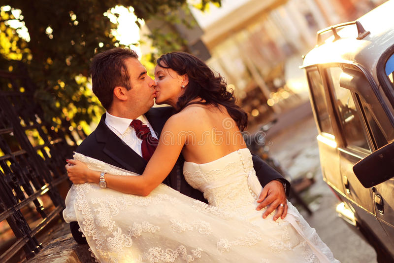 Bruid op bruidegom op een zonnige dag die pret hebben stock foto