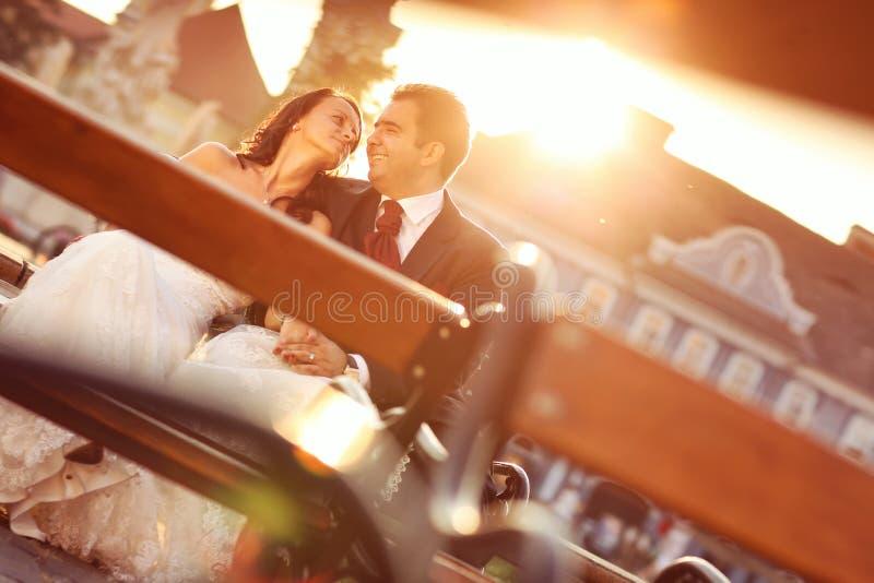 Bruid op bruidegom op een zonnige dag die pret hebben stock fotografie