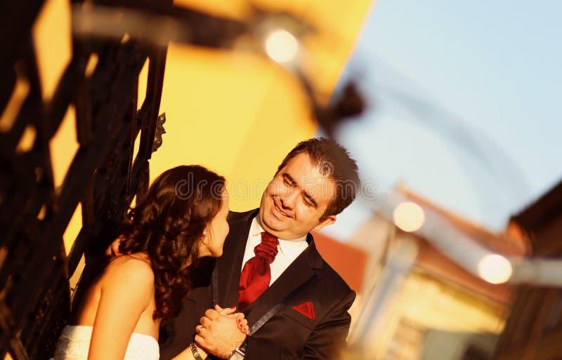 Bruid op bruidegom op een zonnige dag die pret hebben royalty-vrije stock foto
