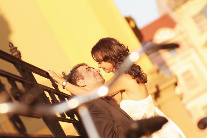 Bruid op bruidegom op een zonnige dag die pret hebben royalty-vrije stock fotografie