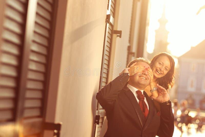 Bruid op bruidegom op een zonnige dag die pret hebben royalty-vrije stock foto's