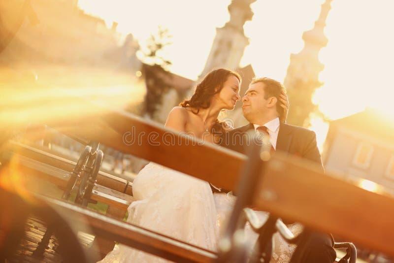 Bruid op bruidegom op een zonnige dag die pret hebben royalty-vrije stock afbeeldingen