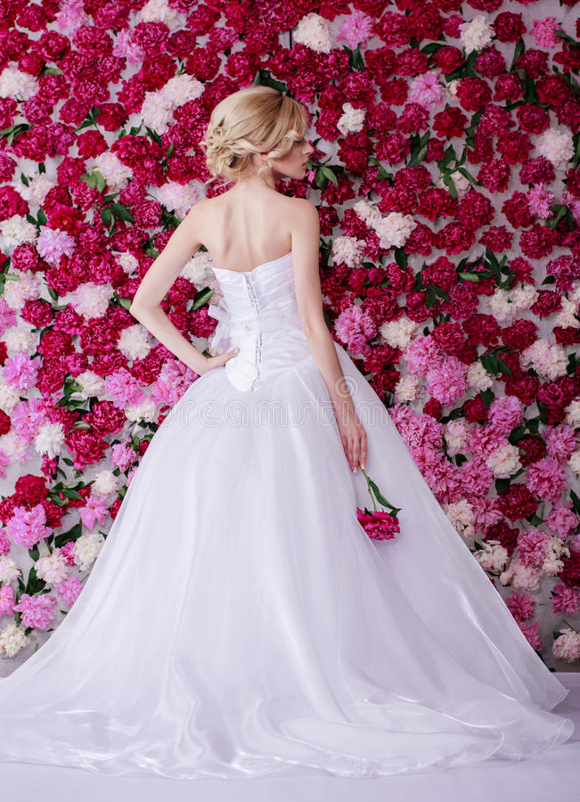 Bruid op de achtergrond van de pioenbloem stock afbeeldingen
