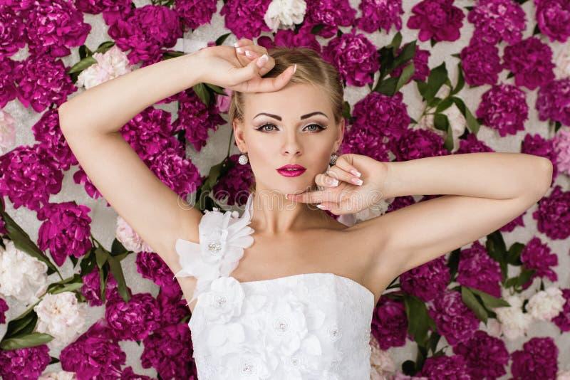 Bruid op de achtergrond van de pioenbloem royalty-vrije stock foto's