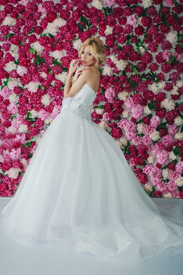 Bruid op de pioenachtergrond royalty-vrije stock fotografie