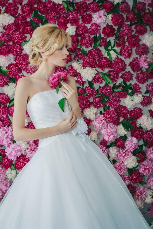 Bruid op de pioenachtergrond royalty-vrije stock foto