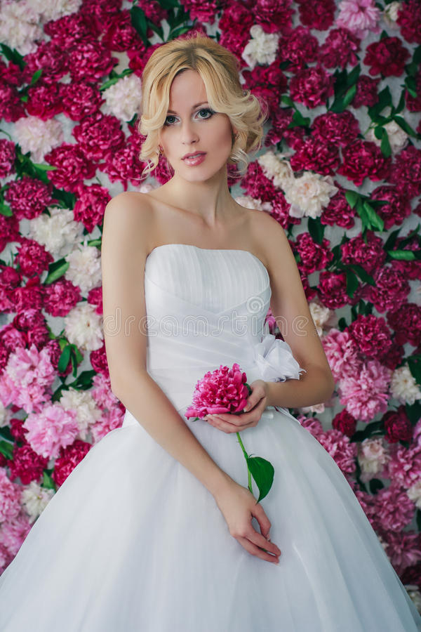 Bruid op de pioenachtergrond royalty-vrije stock afbeelding