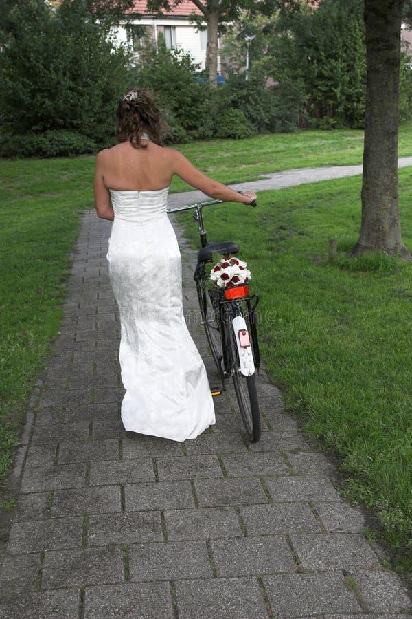 Bruid op een fiets stock foto's