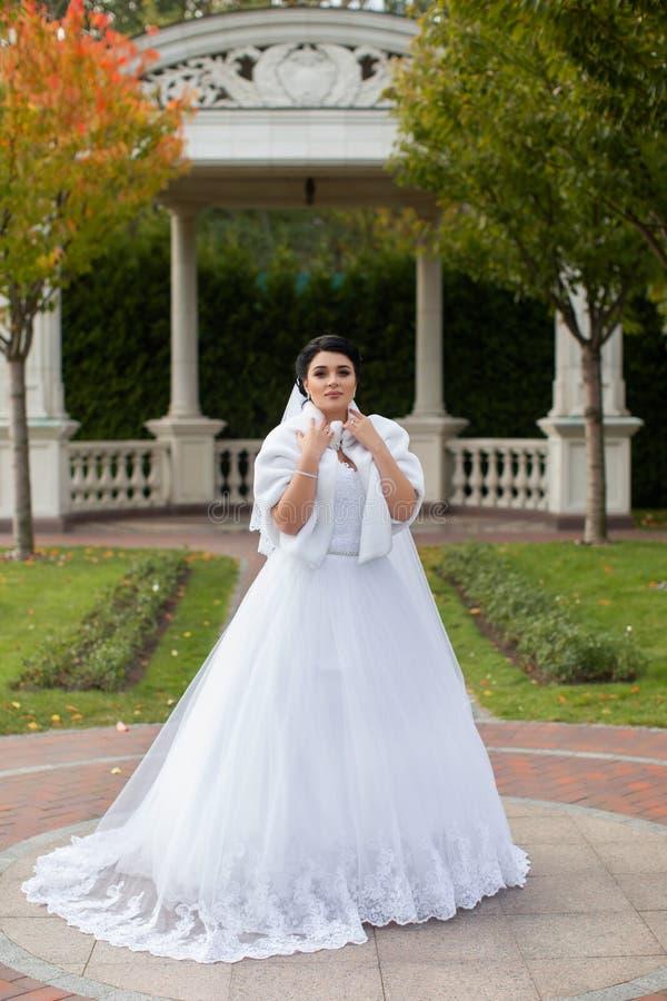 Bruid op een promenade in een de zomerpark stock foto