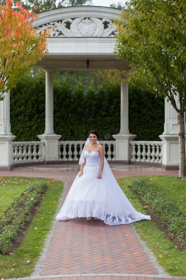 Bruid op een promenade in een de zomerpark stock fotografie