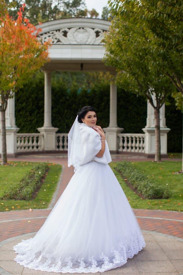 Bruid op een promenade in een de zomerpark royalty-vrije stock afbeelding