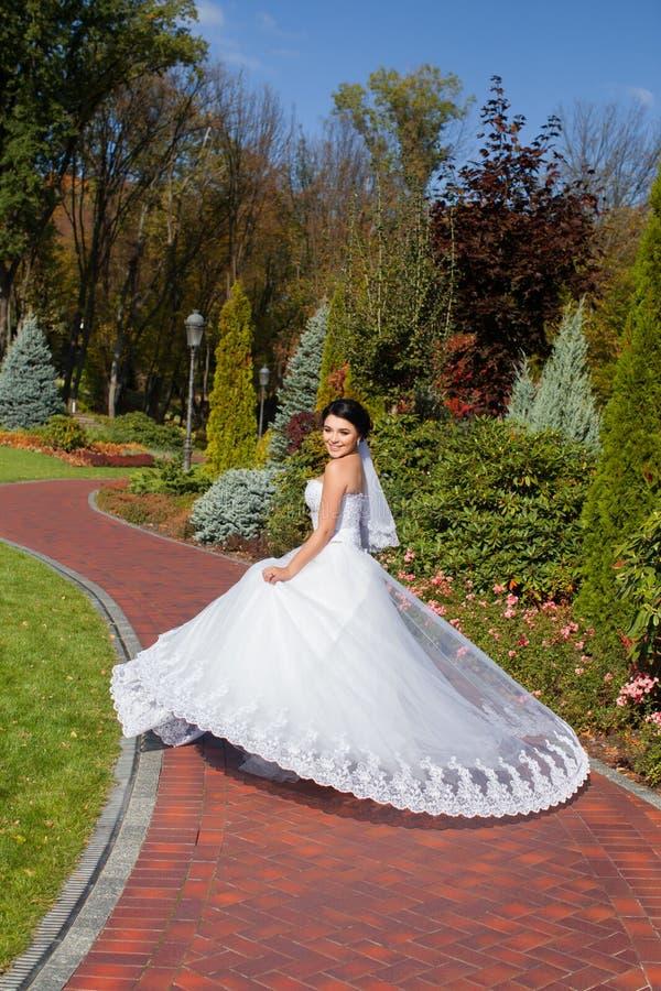 Bruid op een promenade in een de zomerpark royalty-vrije stock foto's
