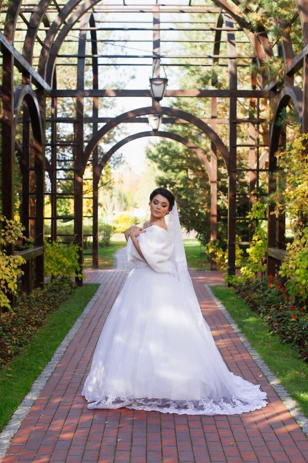 Bruid op een promenade in een de zomerpark royalty-vrije stock fotografie