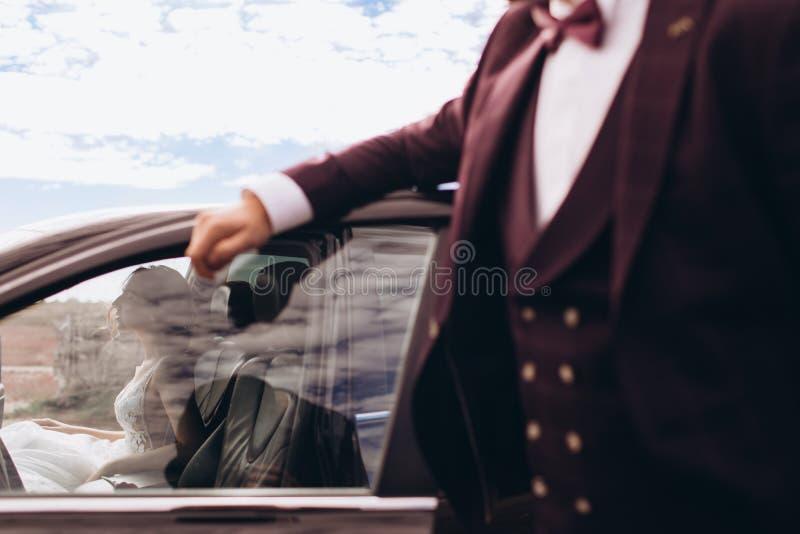 Bruid op een spruit van de huwelijksfoto in de auto royalty-vrije stock foto