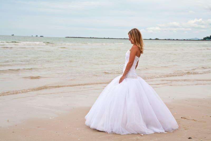 Bruid op een strand royalty-vrije stock afbeelding