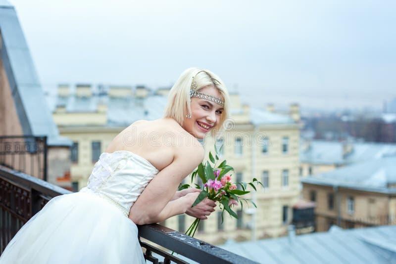 Bruid op het balkon stock afbeelding