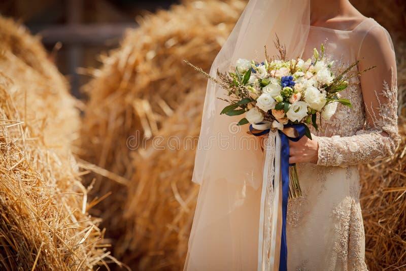 Bruid op het landbouwbedrijf stock foto's